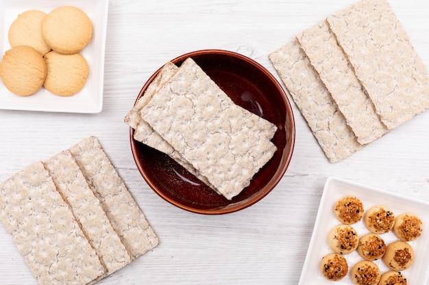 Verschillende cookies bovenaanzicht op wit oppervlak