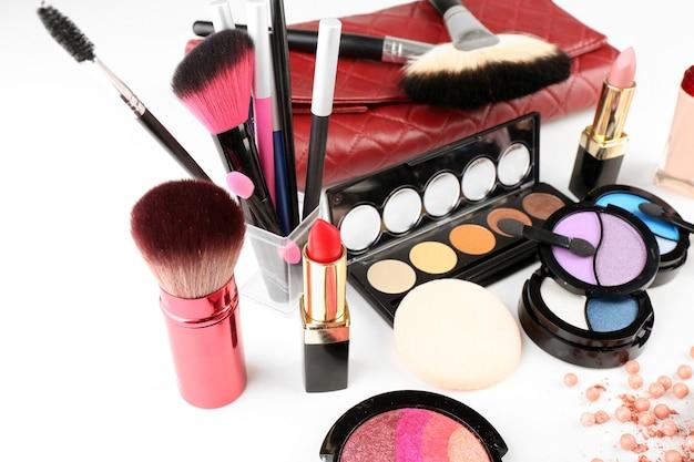 Verschillende cosmetica geïsoleerd op wit