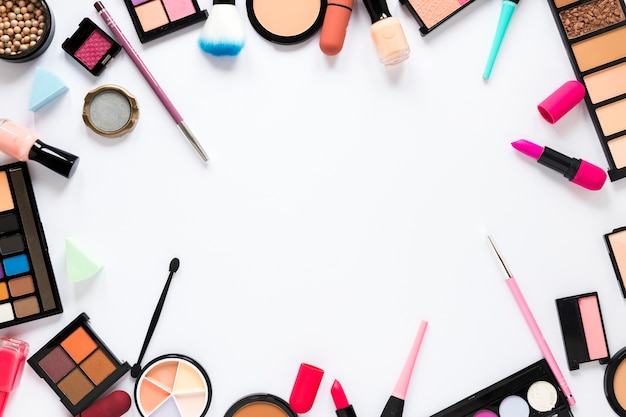 Verschillende cosmetica verspreid op lichte tafel