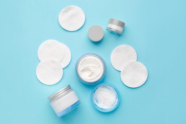 Verschillende cosmetische crèmes met sponzen