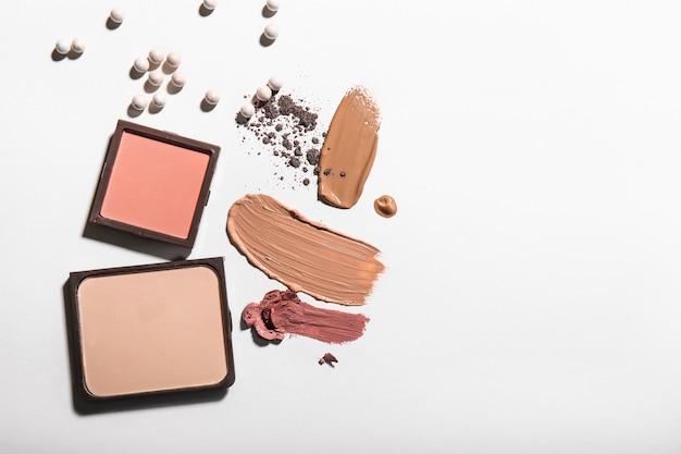 Verschillende cosmetische producten op lichte achtergrond