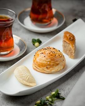 Verschillende desserts en thee