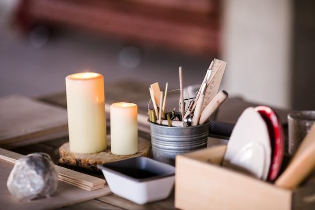 Verschillende dingen voor de workshop van ceramis op de tafel