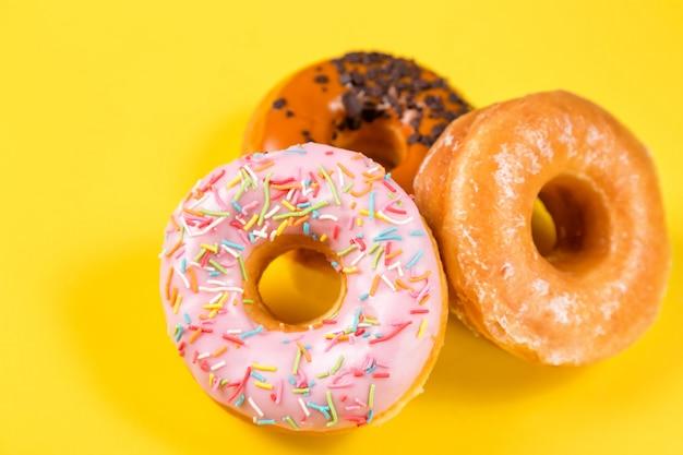 Verschillende donuts met glazuur en hagelslag