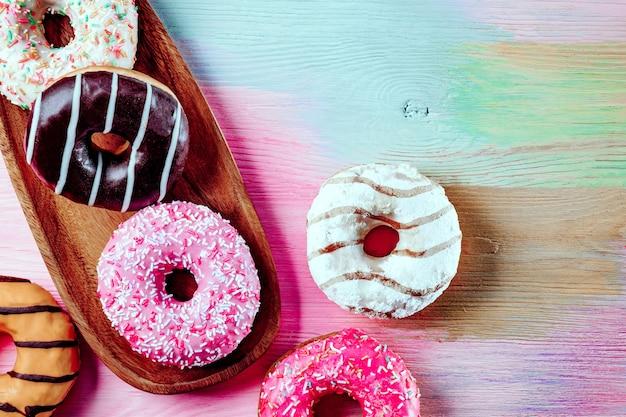 Verschillende donuts op een gekleurde tafel