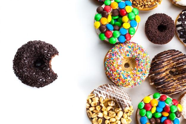 Verschillende donuts op wit
