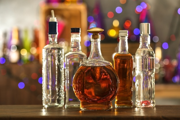 Verschillende dranken op onscherpe achtergrond