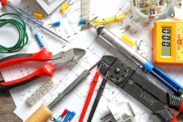 Verschillende elektrische gereedschappen op schakelschema