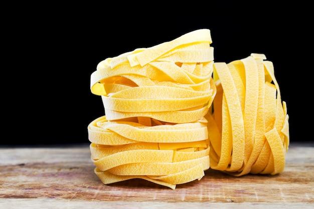 Verschillende gedraaide lange pasta gemaakt van durumtarwemeel