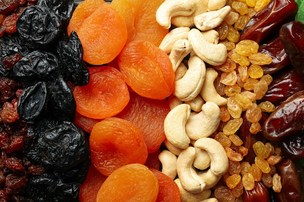 Verschillende gedroogde vruchten en noten op hele achtergrond