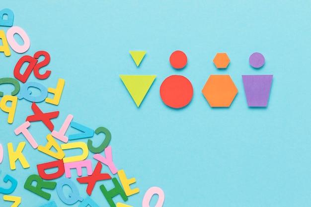 Verschillende gekleurde geometrische vormen op blauwe achtergrond