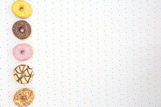 Verschillende gekleurde heerlijke donuts met feestelijke ster achtergrond viering concept. bovenaanzicht