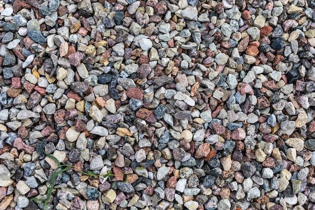 Verschillende gekleurde rotsen en kiezels op een strand
