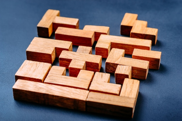 Verschillende geometrische vormen houten blokken op een donkere achtergrond.