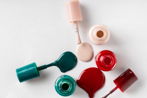 Verschillende geopende flessen nagellak