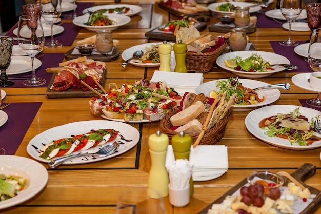 Verschillende gerechten en snacks op de feesttafel.