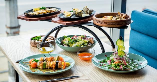 Verschillende gerechten op de tafel in een café