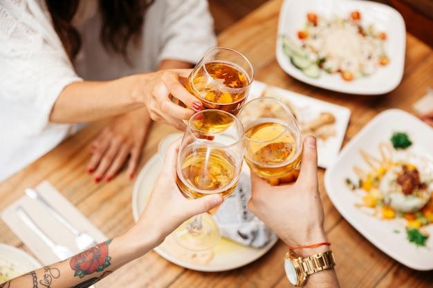 Verschillende gerechten van eten en bier