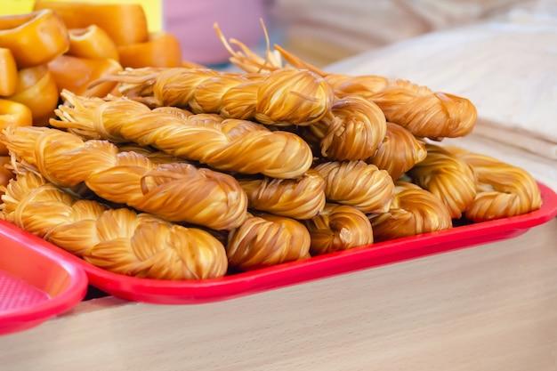 Verschillende gerookte kaas op de marktteller in de zomerdag