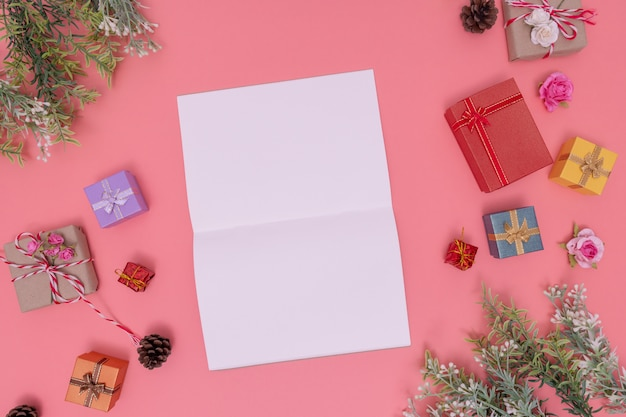 Verschillende geschenkdozen en groene planten rond de foto en wit papier