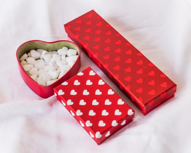 Verschillende geschenkdozen met harten op tafel