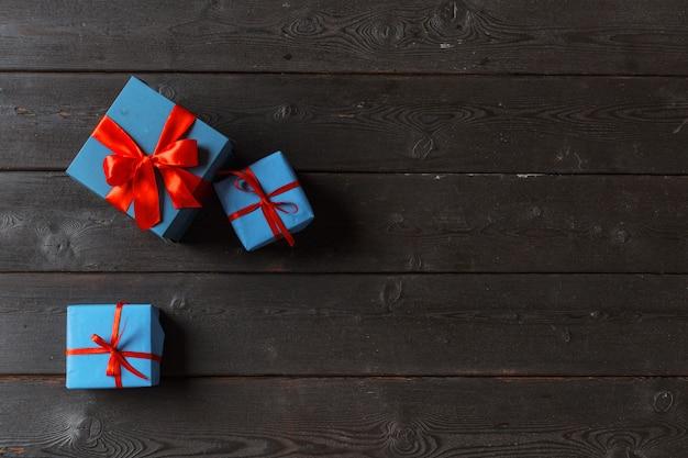Verschillende geschenkdozen op houten tafel, bovenaanzicht