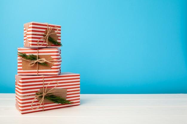 Verschillende gestapelde kerstcadeaus in feestelijke verpakking, vooraanzicht