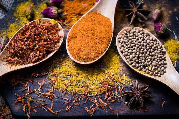Verschillende geurige specerijen en kruiden.