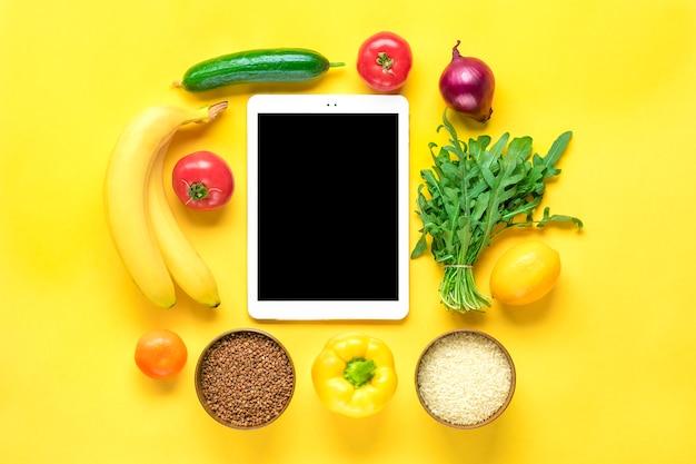 Verschillende gezondheidsvoedingen - boekweit, rijst, gele paprika, tomaten, bananen, sla, groen, komkommer, uien