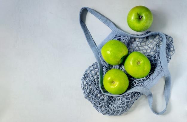 Verschillende groene appels zitten in een touwtje.
