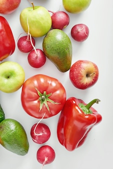 Verschillende groenten en fruit geïsoleerd.