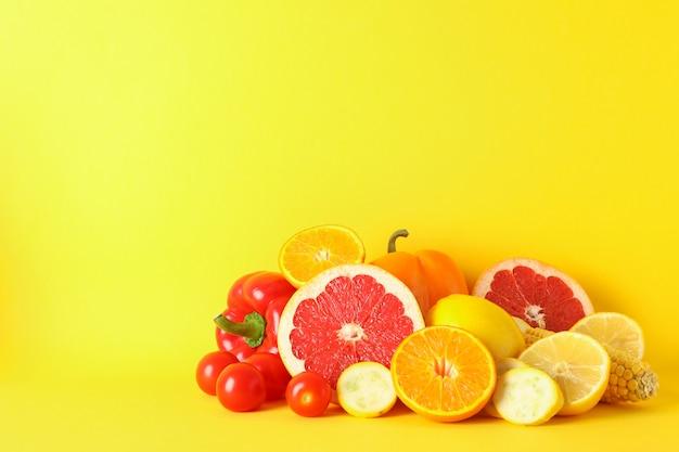 Verschillende groenten en fruit op geel