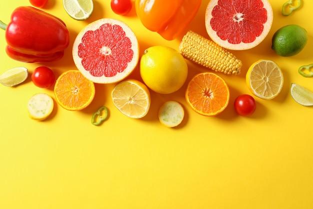 Verschillende groenten en fruit op gele bovenaanzicht