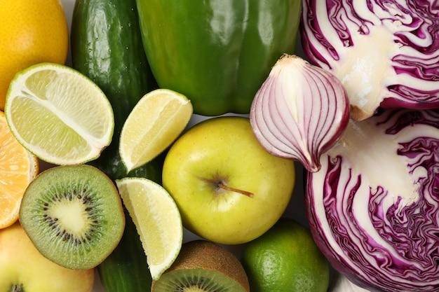 Verschillende groenten en fruit op wit, bovenaanzicht