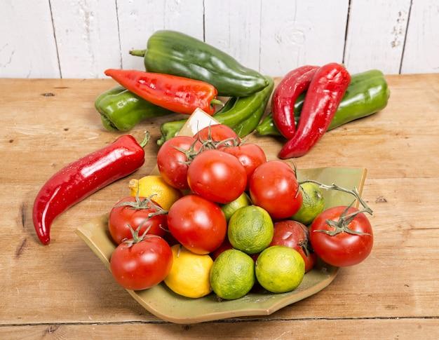 Verschillende groenten gepresenteerd in een mooie flat