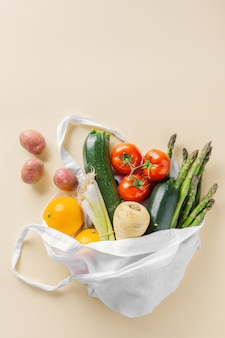Verschillende groenten in textielzak op beige