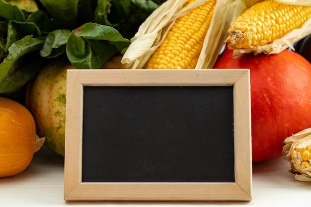 Verschillende groenten met leeg bord