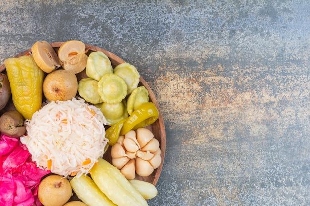 Verschillende groenten op een houten plaat.