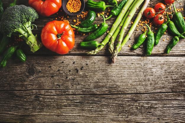 Verschillende groenten op houten achtergrond