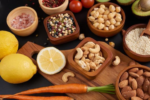 Verschillende groenten, zaden en fruit op tafel. platliggend, bovenaanzicht.