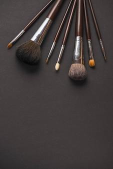 Verschillende grootte van make-upborstels op zwarte achtergrond