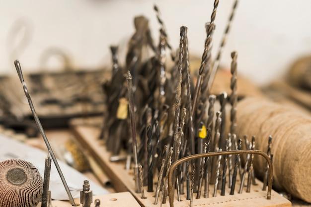 Verschillende grootteboorbeetjes op houten raad