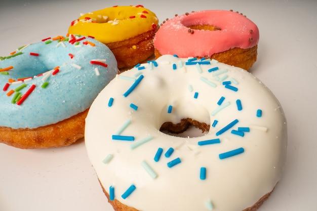 Verschillende grote donuts met glazuur. assortiment van verschillende kleurrijke donuts.