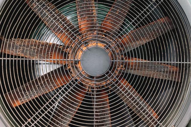 Verschillende grote industriële ventilatoren samen in een gieterijwerkplaats