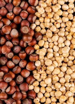 Verschillende hazelnoten gepeld en schoongemaakte noten. detailopname.