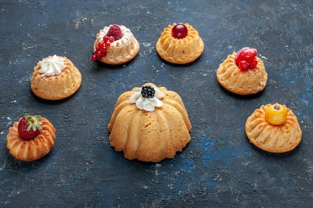 Verschillende heerlijke taarten met room en bessen op donker, bessen fruit bakken cake koekje zoet
