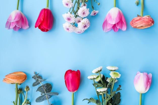 Verschillende heldere bloemen op takjes