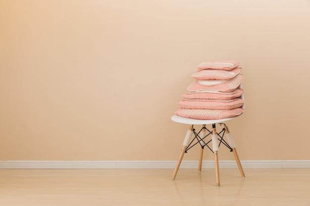 Verschillende hoofdkussens op stoel
