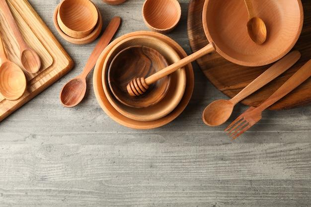 Verschillende houten gerechten op grijze tafel