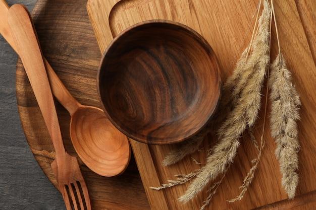 Verschillende houten keukengerei op donkere tafel